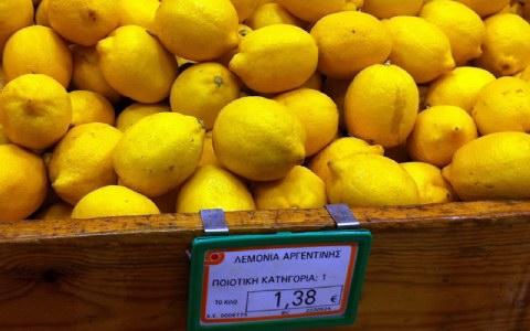 Λεμόνια από την Αργεντινή υπάρχουν σχεδόν σε όλα τα μαγαζιά που ψωνίζουν οι Ελληνες καταναλωτές