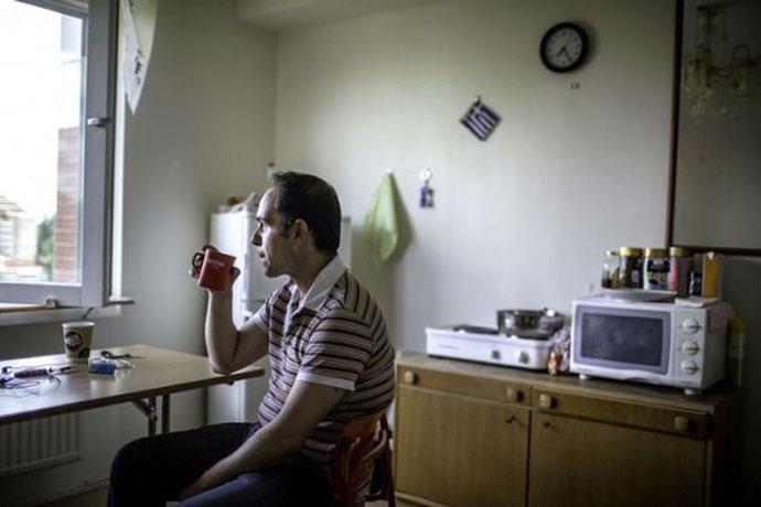 Ἀφιέρωμα Bloomberg Ἄνεργος Ἕλληνας καθαρίζει τουαλέτες...1