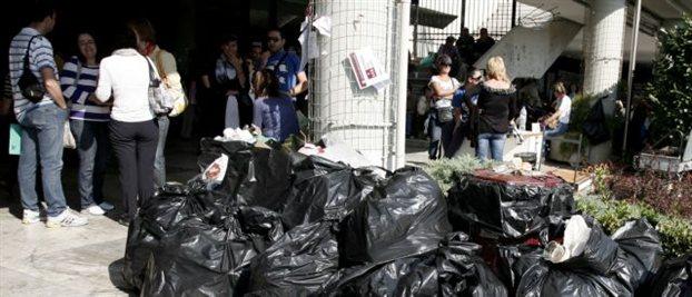 Σκουπίδια παντού «κοσμούν» το Αριστοτέλειο καθώς η απεργία των υπαλλήλων συνεχίζεται επί δύο μήνες