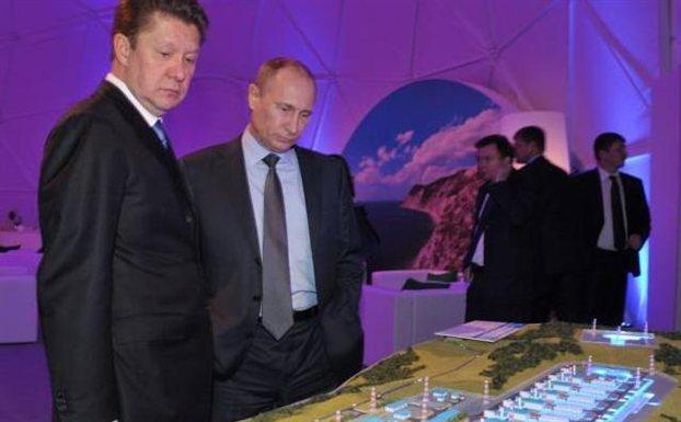 Τη μακέτα μιας εγκατάστασης για τον αγωγό South Stream, το ρωσικό ισχυρό χαρτί, κοιτάζουνο πρόεδρος της εταιρείας Gazprom Αλεξέι Μίλερ (αριστερά) και ο ρώσος πρόεδρος Βλαντίμιρ Πούτιν