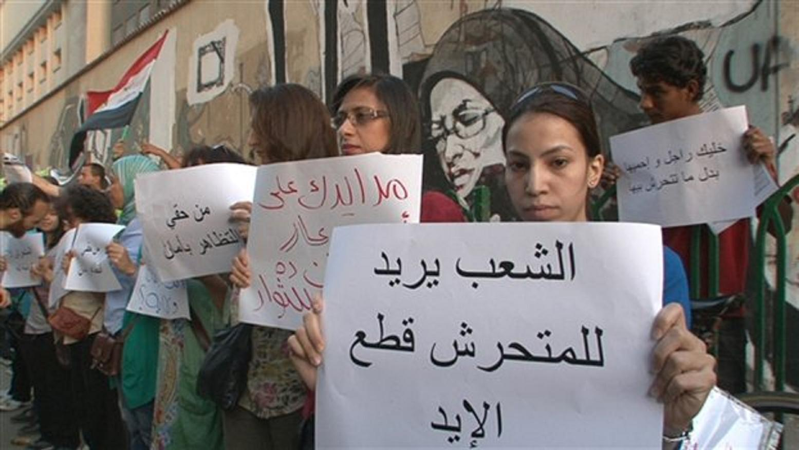Αιγύπτιες διαδηλώνουν στο Κάιρο απαιτώντας να ληφθούν άμεσα μέτρα εναντίον των επιθέσεων γυναικών με δράστες άντρες που εκμεταλλεύονται την πολυκοσμία των πολιτικών κινητοποιήσεων.