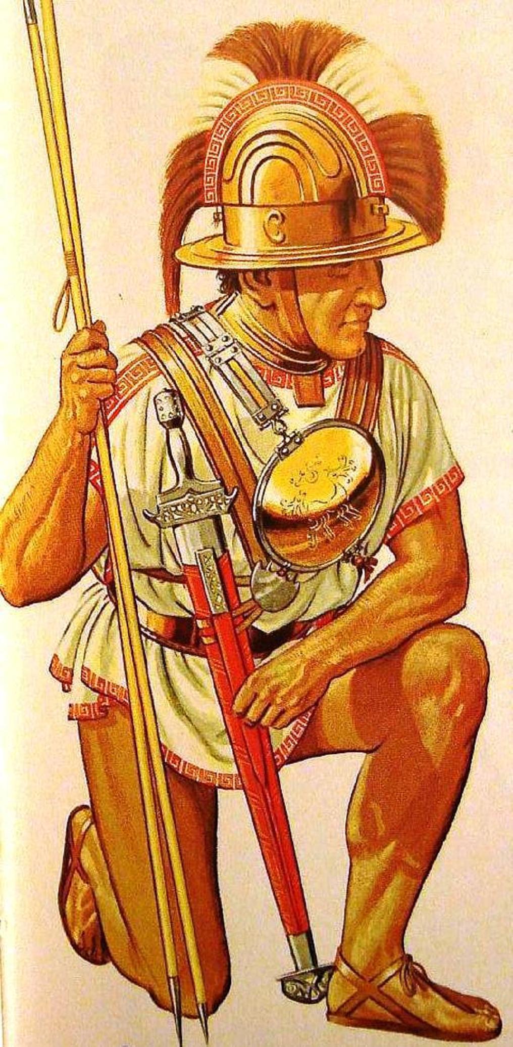 Ιταλός ελαφρός πολεμιστής, σε πίνακα του Peter Connolly. Ηταν ο βασικός τύπος «ψιλού» πολεμιστή στον οποίο ανήκε το μεγαλύτερο μέρος των ελαφρά οπλισμένων Ιταλών μαχίμων που επιτέθηκαν στην Κύμη. Ειδικά για τους λαούς οι οποίοι ζούσαν στην κεντρική οροσειρά των Απενίνων της ιταλικής χερσονήσου ήταν το βασικό είδος μαχίμου. Επρόκειτο για σκληραγωγημένους και επίμονους πολεμιστές οι οποίοι προκάλεσαν μεγάλα προβλήματα στην Ρώμη τους επόμενους αιώνες. Ο μάχιμος της εικόνας φέρει κράνος ιθαγενούς ιταλικού τύπου με ελληνικό λοφίο. Φέρει προστατευτικό έλασμα για τον λαιμό του και «καρδιοφύλακα» (pactorale) – έναν κυκλικό δίσκο για την προστασία του στήθους. Όμοιο δίσκο έχει αναρτημένο και στην πλάτη του. Κρατάει δύο ακόντια – ένα βαρύτερο και ένα ελαφρύτερο. Το ξίφος του είναι ελληνικού τύπου (copyright: Peter Connolly).     Ιταλός ελαφρός πολεμιστής, σε πίνακα του Peter Connolly. Ηταν ο βασικός τύπος «ψιλού» πολεμιστή στον οποίο ανήκε το μεγαλύτερο μέρος των ελαφρά οπλισμένων Ιταλών μαχίμων που επιτέθηκαν στην Κύμη. Ειδικά για τους λαούς οι οποίοι ζούσαν στην κεντρική οροσειρά των Απενίνων της ιταλικής χερσονήσου ήταν το βασικό είδος μαχίμου. Επρόκειτο για σκληραγωγημένους και επίμονους πολεμιστές οι οποίοι προκάλεσαν μεγάλα προβλήματα στην Ρώμη τους επόμενους αιώνες. Ο μάχιμος της εικόνας φέρει κράνος ιθαγενούς ιταλικού τύπου με ελληνικό λοφίο. Φέρει προστατευτικό έλασμα για τον λαιμό του και «καρδιοφύλακα» (pactorale) – έναν κυκλικό δίσκο για την προστασία του στήθους. Όμοιο δίσκο έχει αναρτημένο και στην πλάτη του. Κρατάει δύο ακόντια – ένα βαρύτερο και ένα ελαφρύτερο. Το ξίφος του είναι ελληνικού τύπου (copyright: Peter Connolly).
