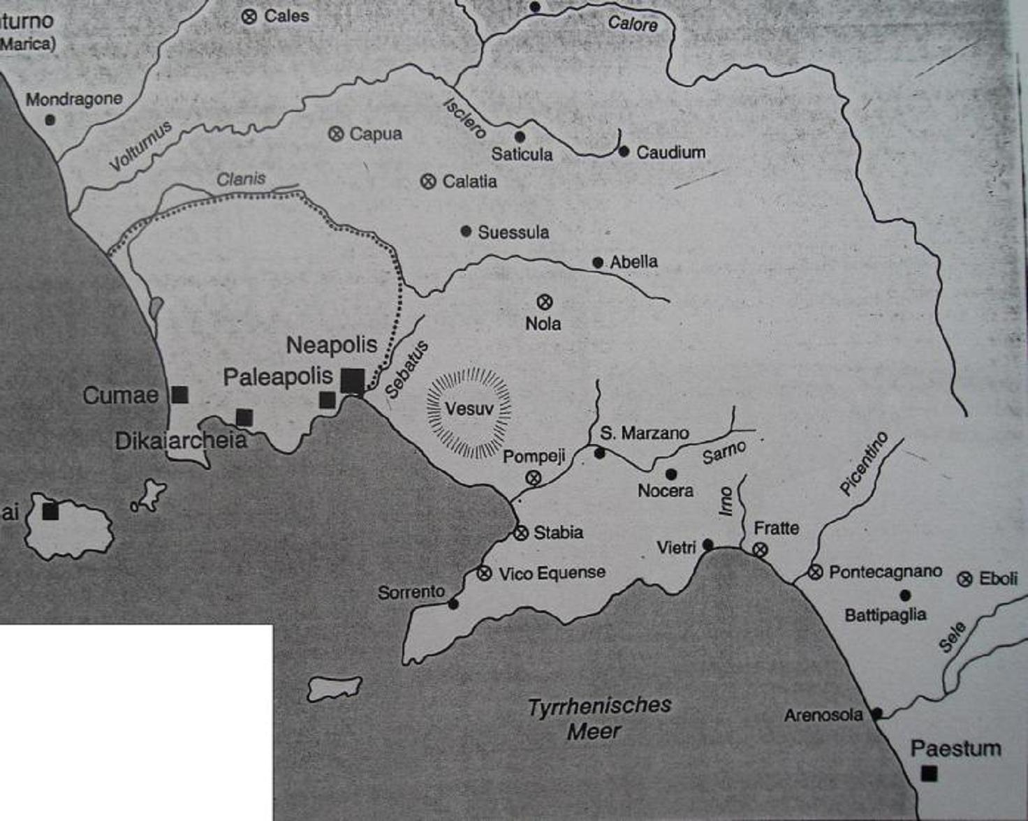 Χάρτης της Καμπανίας στο δεύτερο μισό του 6ου αιώνα π.Χ. Τα μαύρα ορθογώνια συμβολίζουν τις ελληνικές αποικίες ενώ τα «Χ» μέσα σε κύκλο αντιστοιχούν στις ετρουσκικές. Η διάστικτη γραμμή δείχνει τα όρια της πολιτικής χώρας της Κύμης (Cumae). Στον χάρτη διακρίνονται καθαρά οι γεωστρατηγικοί στόχοι της ετρουσκικής επέκτασης: να παραμείνουν οι ελληνικές Κύμη και Ποσειδωνία (Paestum) χωρίς εδαφική επαφή μεταξύ τους, και να απομονωθεί όσο γινόταν η Κύμη και οι αποικίες της στο νοτιοδυτικό άκρο της Καμπανίας.