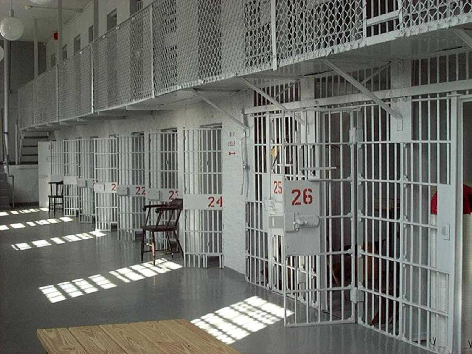 Καλλίτερα τὸ ἔχουν νὰ φτιάχνουν φυλακές!!!2