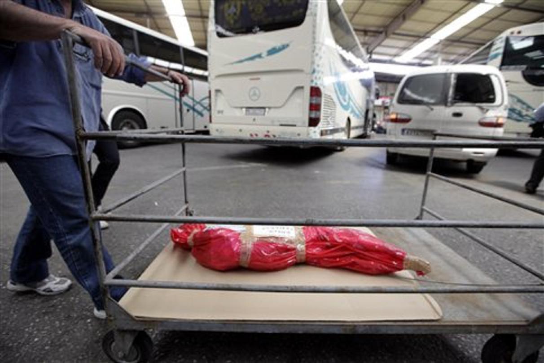 Ακόμα και οδικώς «ταξιδεύει» το αρνί προκειμένου να ψηθεί σύμφωνα με τα έθιμα της κάθε περιοχής (Φωτογραφία: Eurokinissi )