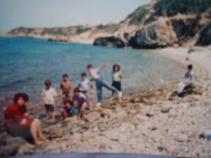 Εξόρμηση των εγκλωβισμένων κυπριόπουλων στην παραλία με την Ελένη Φωκά σε νεαρή ηλικία