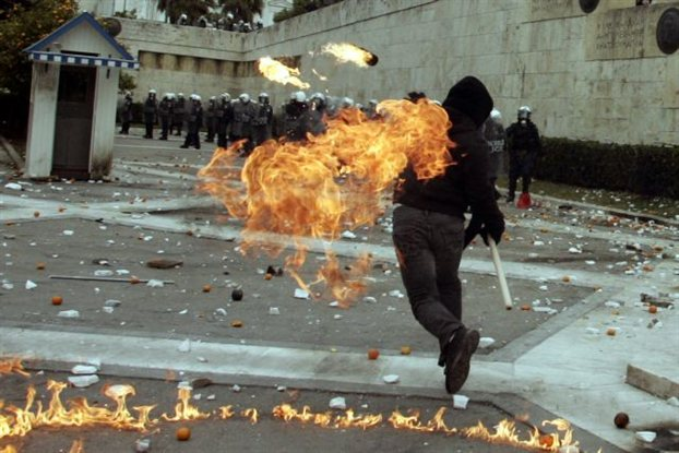 Στιγμιότυπο από τα χθεσινά επεισόδια στο κέντρο της Αθήνας (EUROKINISSI- Τατιάνα Μπόλαρη)