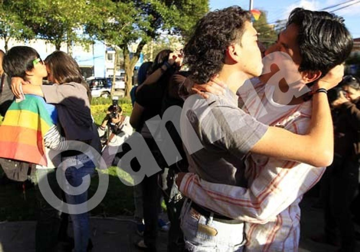 GAY COMMUNITY IN ECUADOR CONMEMORATES WITH KISSES THE WORLD DAY AGAINST HOMOPHOBIA