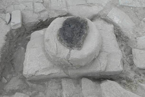 Η λίθινη βάση με τα ίχνη του ξύλινου κίονα