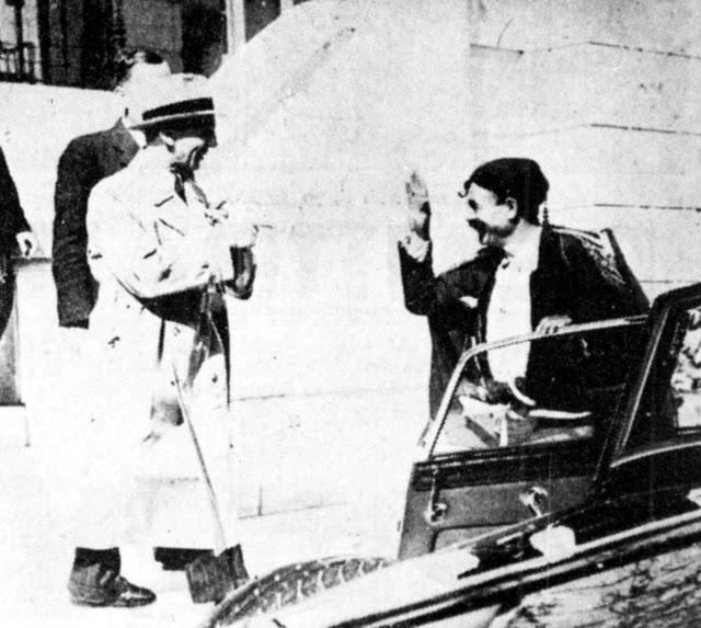 Ένας κρητικός βρακοφόρος υποδέχεται με φασιστικό χαιρετισμό τον Γκαίμπελς. Πρόκειται για έναν από τους πιστούς σωματοφύλακες του τότε υπουργού Κώστα Κοτζιά.