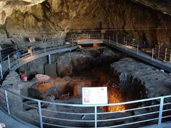 Το τείχος περιορίζει την είσοδο του σπηλαίου κατά τα 2/3