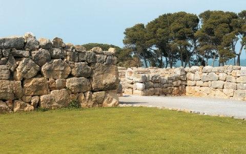 Τμήμα των τειχών της Νέαπολης, με τους τεράστιους ογκόλιθους.