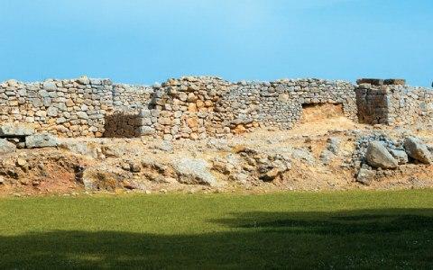 Μέρος των ασβεστολιθικών τειχών.