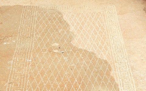 «Γλυκός για ανάπαυση», μας πληροφορεί η επιγραφή «ηδύκοιτος» πως είναι ο χώρος του συμποσίου στο ψηφιδωτό δαπέδου ενός σπιτιού.