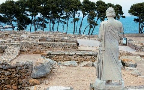 Ατενίζει τη θάλασσα ο Ασκληπιός, από το -κάποτε- άδυτο του ιερού του.