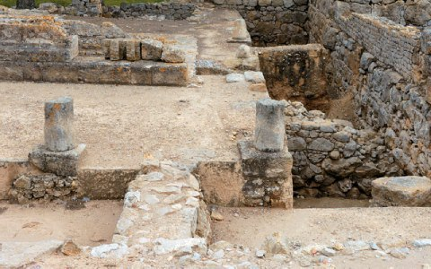 Τμήμα των δεξαμενών δίπλα στο σύμπλεγμα των ναών.