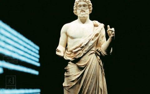 Ο μεγαλοπρεπής ανδριάντας του Ασκληπιού εντυπωσιάζει στο Αρχαιολογικό Μουσείο στο Εμπόριον.