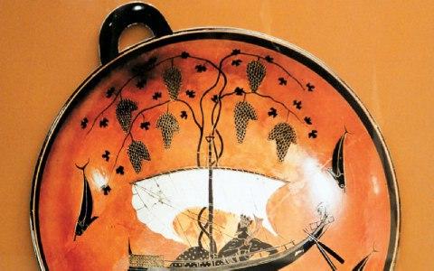 Πινάκιο με παράσταση αρχαιοελληνικού πλοίου.