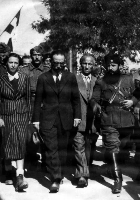 Ο Γεώργιος Σημίτης με τον Άρη Βελουχιώτη στους δρόμους της Λαμίας.