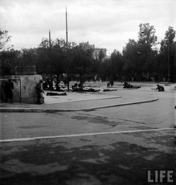 Η Πλατεία Συντάγματος μετά τους πρώτους πυροβολισμούς στις 3 Δεκεμβρίου