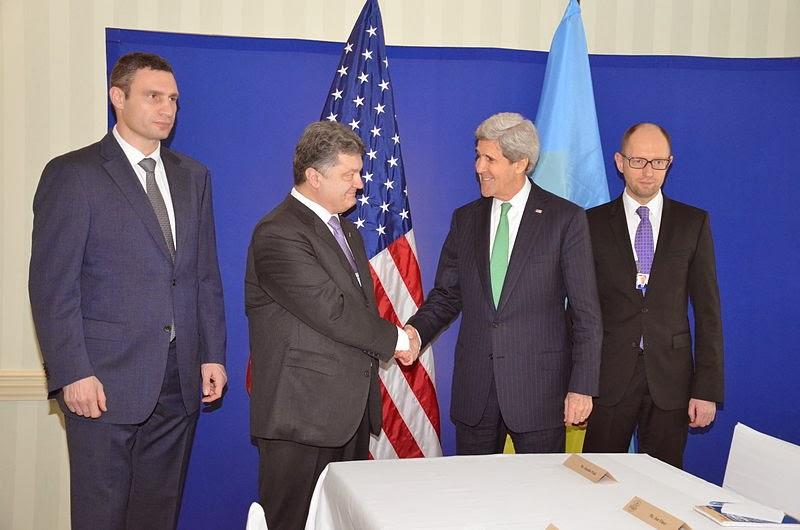 Ο Yatsenyu (άκρη δεξιά) με τον Τζον Κέρι