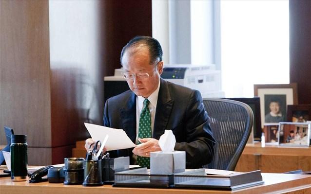 Ο πρόεδρος της Παγκόσμιας Τράπεζας Τζιμ Γιονγκ Κιμ σε email του προς τους εργαζόμενους στον οργανισμό, σημειώνει ότι το ίδρυμα αντιτίθεται στις διακρίσεις και ότι θα προστατεύσει την ασφάλεια όλων των υπαλλήλων του. Επισημαίνει ακόμη ότι η ψήφιση του νόμου στην Ουγκάντα δεν ήταν ένα μεμονωμένο περιστατικό καθώς 83 χώρες σήμερα απαγορεύουν δια νόμου την ομοφυλοφιλία και σε περισσότερες από 100 ισχύουν διακρίσεις κατά των γυναικών