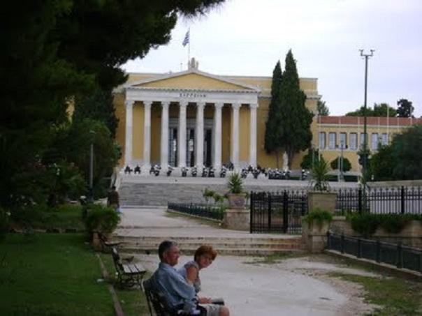 Η πλατεία με το Ζάππειο και τη νέα του διακόσμηση