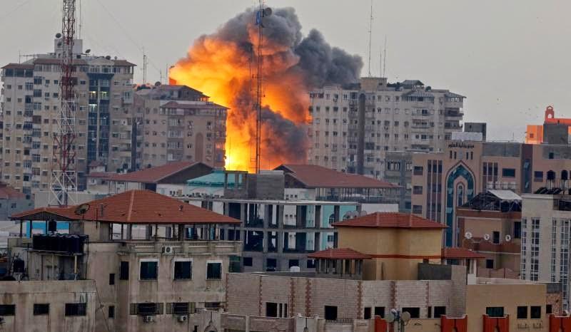 Από τον βομβαρδισμό του πολυώροφου κτηρίου στη Γάζα (πηγή: ΑΡ)