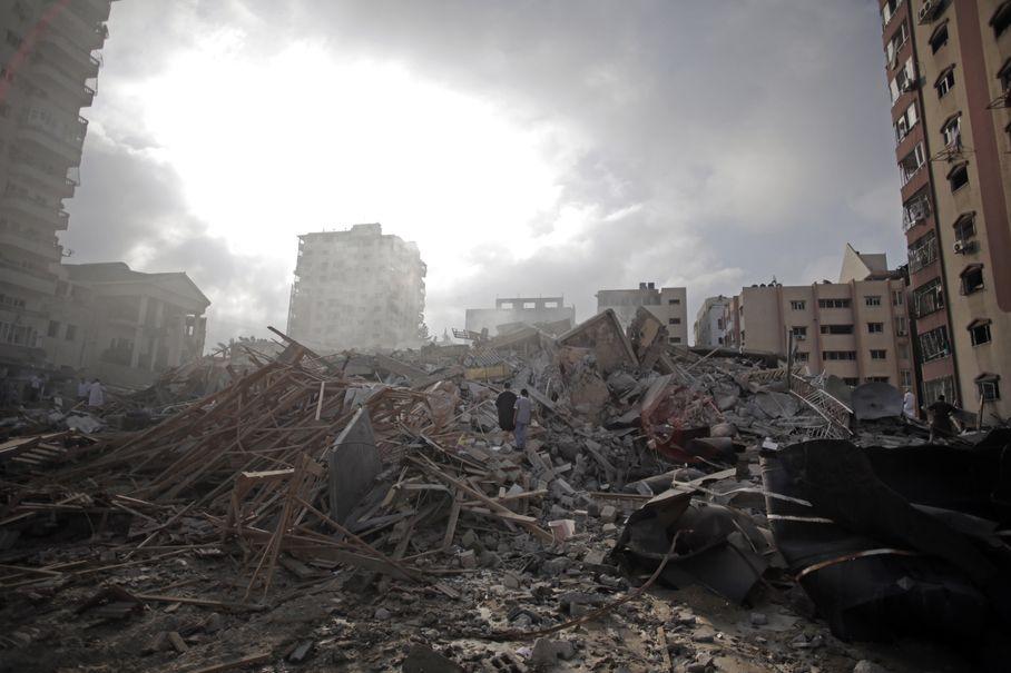 Τα συντρίμμια του 13ώροφου κτιρίου Al-Zafer, μετά από τις ισραηλινές αεροπορικές επιδρομές του Σαββάτου, 23/8/2014 (Associated Press)