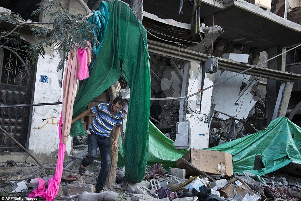 Ο Ισραηλινός πρωθυπουργός Benjamin Netanyahu προειδοποίησε σήμερα τους κατοίκους της Γάζας να εγκαταλείψουν τις περιοχές όπου βρίσκονται εγκαταστάσεις Παλαιστινίων μαχητών, καθώς αποτελούν στόχους