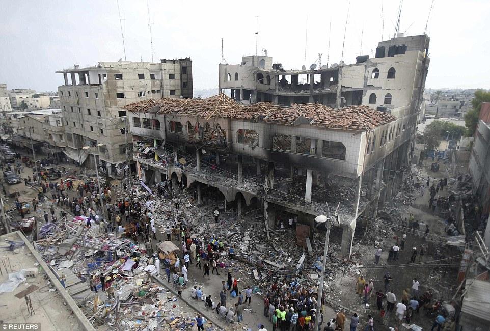 Αποκαΐδια: Παλαιστίνιοι μαζεύονται γύρω σε ό,τι απόμεινε το εμπορικό κέντρο του κτιρίου