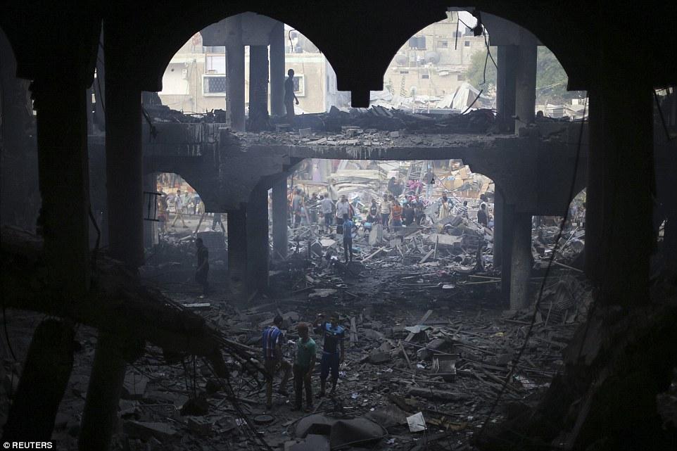 Το Ισραήλ λέει ότι στοχεύει σε τοποθεσίες που συνδέονται με μαχητές της Χαμάς, εκτοξευτές πυραύλων, κέντρα διοίκησης και αποθήκες όπλων. Ο ΟΗΕ αναφέρει ότι περίπου τα τρία τέταρτα των Παλαιστινίων που σκοτώθηκαν ήταν άμαχοι