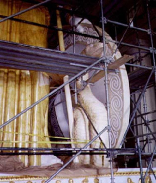 Ο Πύθωνας λίγο πριν την επιχρύσωσή του... Διακρίνεται η κίτρινη γομαλάκα στο φόρεμα της Παρθένου
