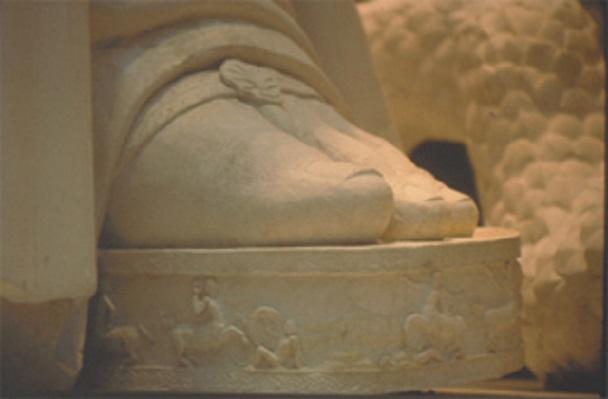 Λεπτομέρεια του αριστερού σανδαλιού πριν από την επιχρύσωσή του και το βάψιμο των δακτύλων