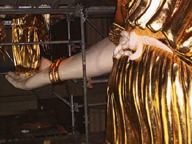 Το μπροστινό μέρος του γλυπτού έτοιμο και επιχρυσωμένο... 3.το χέρι στο φυσικό χρώμα του ελεφαντοστού και 4. η Νίκη επιχρυσωμένη και έτοιμη..!
