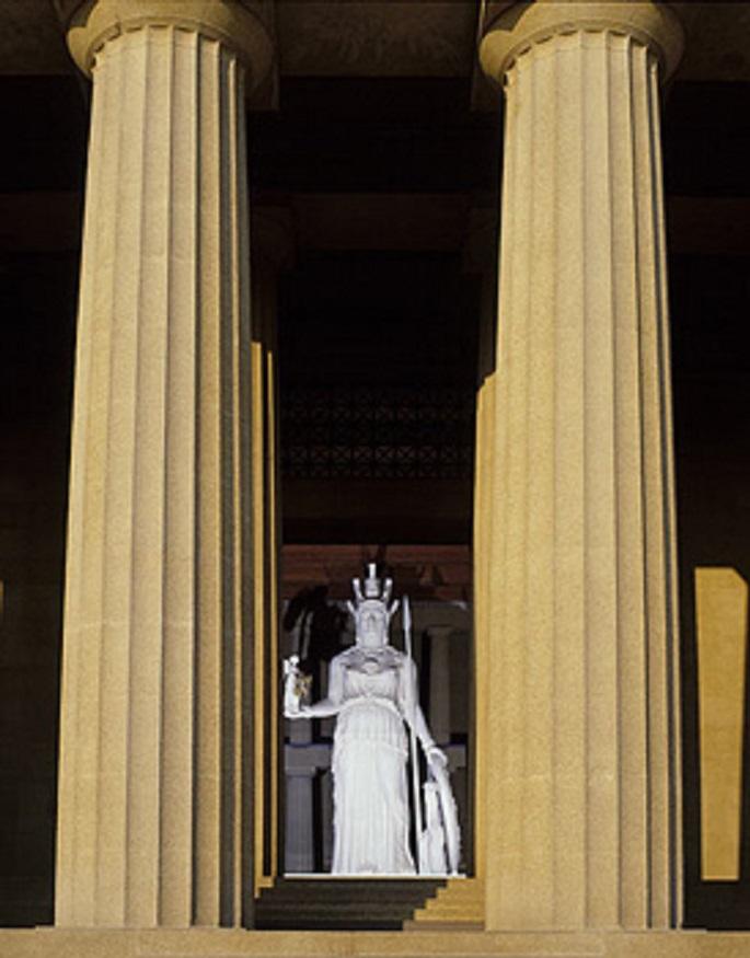Το χρυσελεφάντινο άγαλμα της Αθηνάς Παρθένου όπως το συνέλαβε ο φωτογραφικός φακός μπροστά από την Ανατολική Πύλη του «Παρθενώνος»