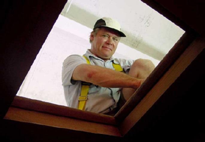 Ο Alan LeQuire, 19 χρόνια μετά την ανάληψη των πρώτων καθηκόντων του, παρατηρεί από ένα φάτνωμα της οροφής του «Παρθενώνος» ακριβώς επάνω από το άγαλμα της Αθηνάς Παρθένου, έτοιμος να ρίξει σχοινιά ασφαλείας στην ομάδα εργασίας από κάτω...
