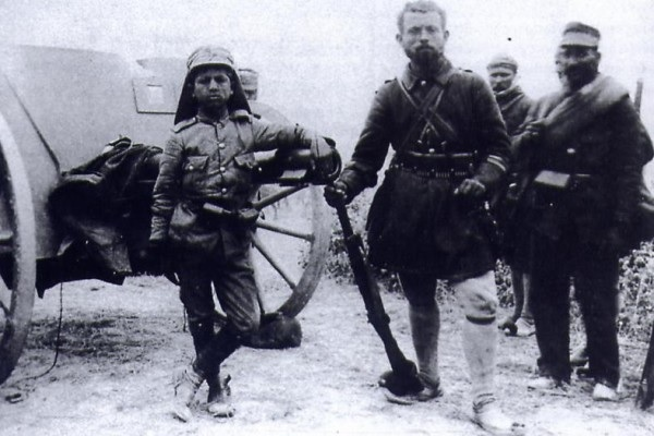 (Ο Γεράσιμος Ραφτόπουλος (αριστερά) είναι ο νεότερος υπαξιωματικός στην ιστορία των Ελληνικών Ενόπλων Δυνάμεων. Γεννήθηκε στο Φισκάρδο της Κεφαλονίας το 1900. Κατά το 1 ο Βαλκανικό Πόλεμο, εναντίον των Οθωμανών, κατατάχθηκε εθελοντικά στην ηλικία των 12 και έγινε δεκτός ώς οπλίτης του 18 ου Συντάγματος Πεζικού της IV Μεραρχίας . Για το θάρρος του στη μάχη του Σαραντάπορου έλαβε ενα Manlicher-Schonauer ως δώρο. Στην μάχη του Κιλκίς-Λαχανά, το 1913, κατάφερε να ξεφύγει από αιχμαλωσία, σκοτώνοντας 3 από τους 5 βούλγαρους που τον είχαν αιχμαλωτήσει.Επιστρέφοντα στις Ελληνικές γραμμές, βρήκε ένα τραυματισμένο Εύζονα και τον μετέφερε σώζοντας τον απο βέβαιο θάνατο . Για την ανδρεία του, προήχθη στο βαθμό του δεκανέα την 28η Αυγ 1913 σε ηλικία 13 ετών)