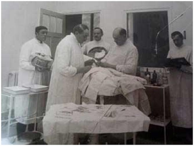 Στην φωτογραφία ο Voronoff με τα αδέλφια του κατά την διάρκεια μεταμοσχεύσεως όρχεων πιθήκου σε άνθρωπο. (Πρόκειται για τον Κεμάλ;)