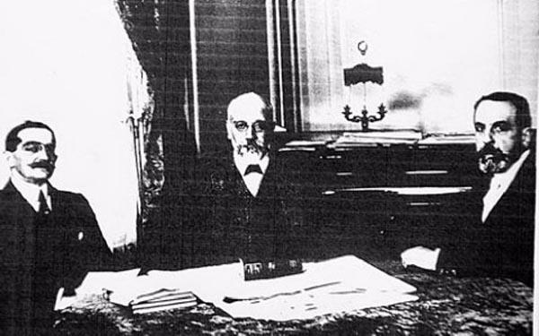 Ο Ελ. Βενιζέλος μαζί με τον υπουργό Εξωτερικών Ν. Πολίτη και τον Ελληνα πρεσβευτή στο Παρίσι Α. Ρωμανό κατά το Συνέδριο της Ειρήνης και αριστερά χειρόγραφες σημειώσεις του Ελληνα πρωθυπουργού.