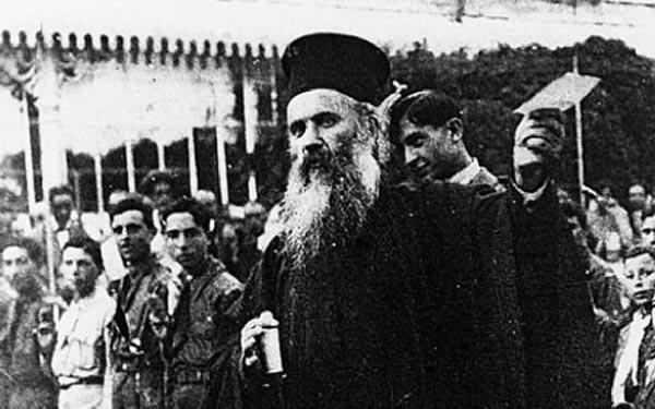 Ο μητροπολίτης Σμύρνης Χρυσόστομος στις 2 Μαϊου, κρατώντας στο χέρι το τηλεγράφημα του Βενιζέλου, με το οποίο ανήγγειλε την απόβαση στη Σμύρνη