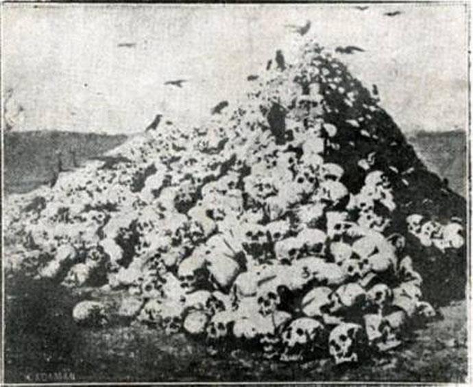 Πυραμίδα με κεφάλια δολοφονημένων από τις παρακρατικές συμμορίες του Κεμάλ (από το βιβλίο του Κωνσταντίνου Φαλτάιτς για τα γεγονότα της Νικομήδειας, που εκδόθηκε στην Αθήνα το 1921)