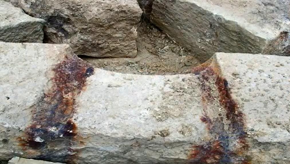 Ἡ σκουριὰ μάτωσε τὴν πέτρα... ... κι αὐτὸ δὲν εἶναι τυχαῖον!!!