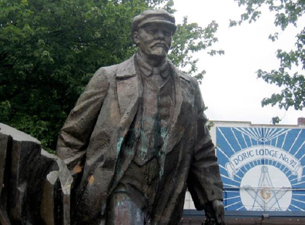 Στην φωτογραφία: άγαλμα του Λένιν, έξω από Μασονική Στοά στο Seattle των ΗΠΑ