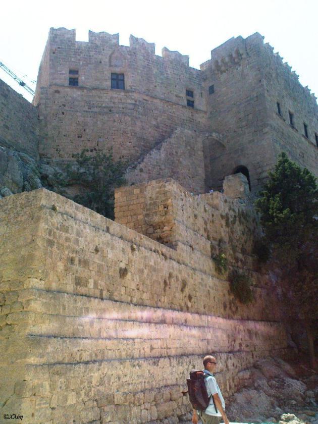 Πρὶν τὴν εἴσοδο τῆς Ἀκροπόλεως. Διακρίνονται τὰ μεσαιωνικὰ τείχη