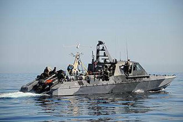 Συνελήφθησαν δύο πολεμικὰ πλοῖα τῶν ΗΠΑ στὸ Ἰράν, μαζὺ μὲ τοὺς ναῦτες τους.
