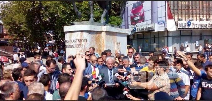 Ο Νεβζάτ Χαλίλι μπροστά από το άγαλμα του Σκεντέρμπεη ανακηρύσσει την «Δημοκρατία της Ιλλυρίδας», ως ανεξάρτητη περιοχή στο νοτιοσλαβικό κράτος-FYROM