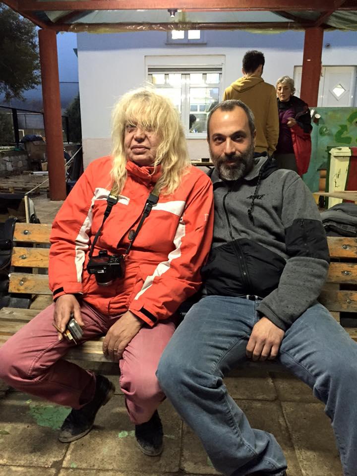 με την Paola Revenioti, που είναι εδώ και μέρες στο νησί μαζί με την ομάδα της και κάνει ντοκιμαντέρ για τους πρόσφυγες