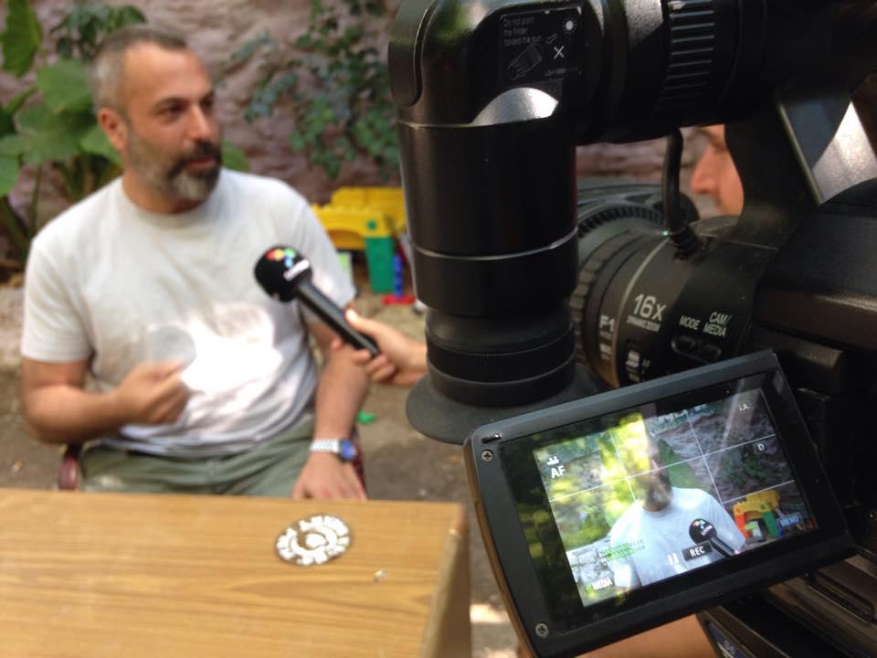 Συνέντευξη στο παγκόσμιο ισπανόφωνο τηλεοπτικό δίκτυο TELESUR για τις δράσεις μας στο Στέκι Μεταναστών και γενικότερα τις κοινωνικές δομές των Εξαρχείων