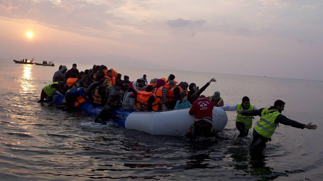 Ὑπάρχουν καί μετανάστες μέσα στούς πρόσφυγες;